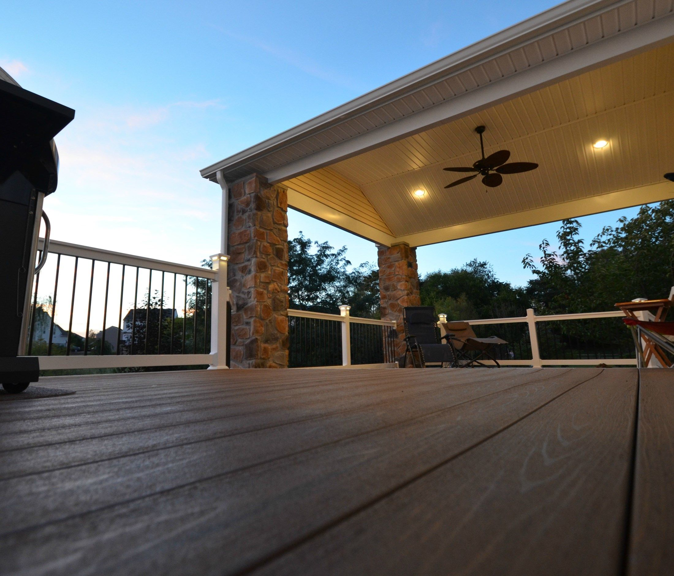Deck with Stone columns - Picture 1794
