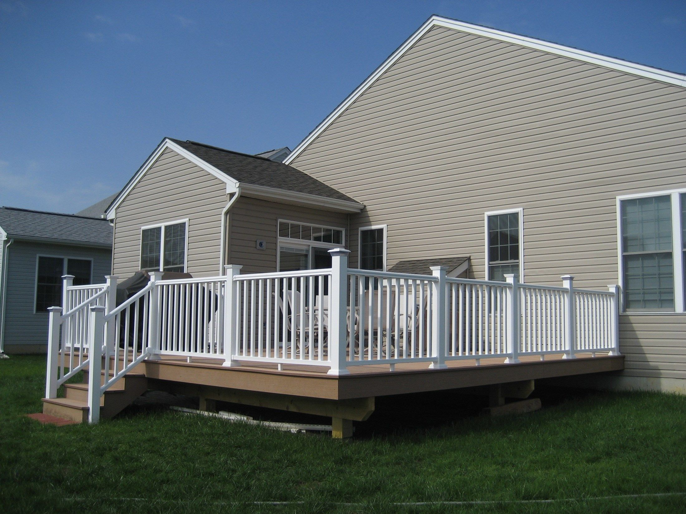 Composite Decks With PVC Vinyl Railing - Picture 6430