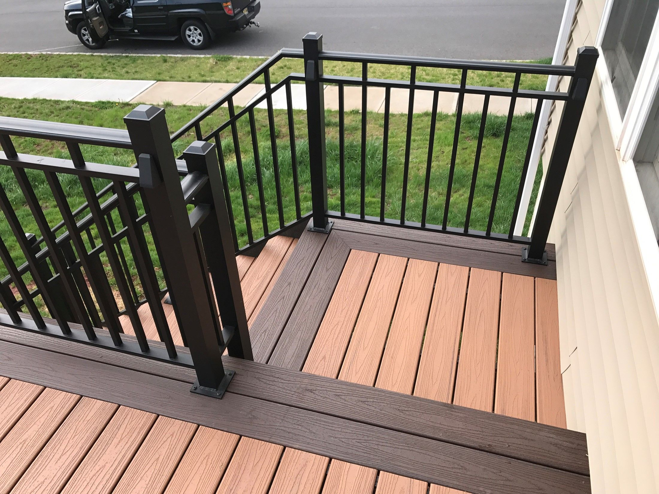 Custom curved deck with aluminum railings - Picture 7556