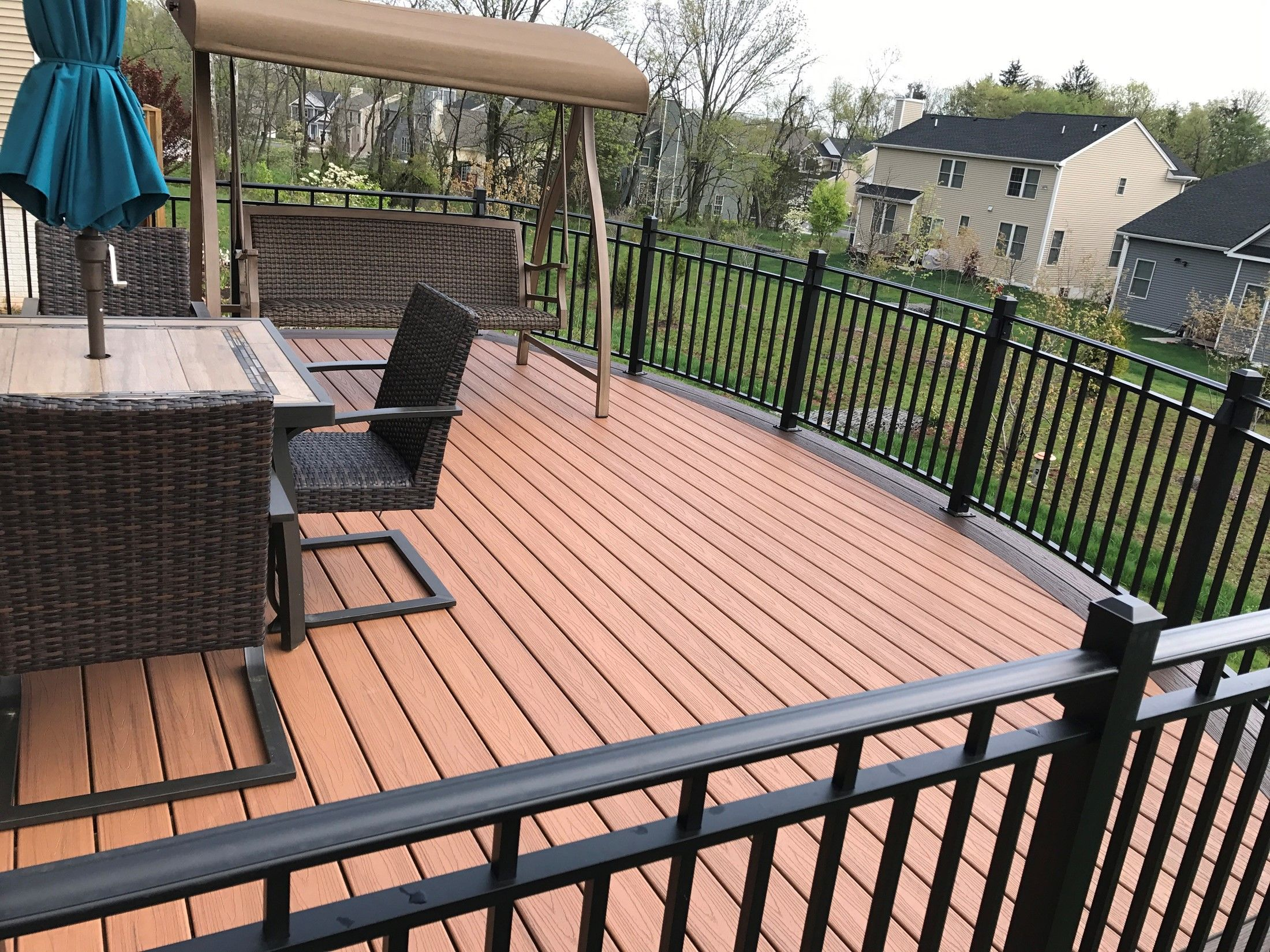 Custom curved deck with aluminum railings - Picture 7557