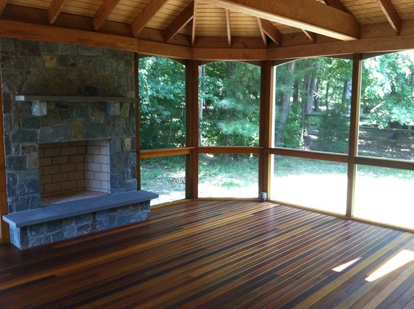 Porch with stone fireplace - Picture 2032