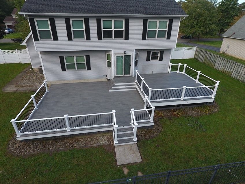 Island mist trex deck with white vinyl rails - Picture 7545